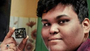 โลกตะลึง !!! วัยรุ่นอินเดีย วัยเพียง 18 ปี สร้างดาวเทียมที่มีน้ำหนักเบาที่สุดในโลก...นาซ่าประกาศเตรียมนำไปใช้จริง !!!