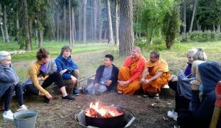 พระพุทธศาสนากำลังผลิบานในประเทศเอสโตเนีย จากพระและกลุ่มเด็กวัยรุ่น