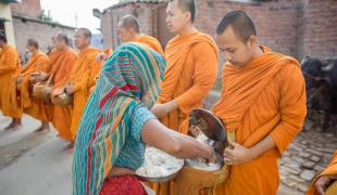ไม่แบ่งวรรณะศาสนา! พระสงฆ์เดินบิณฑบาตที่เมืองกุสินาราประเทศอินเดีย ในวันสารทไทย โดยมีชาวบ้านที่เป็นชาวฮินดู มุสลิมร่วมทำบุญตักบาตรจำนวนมาก