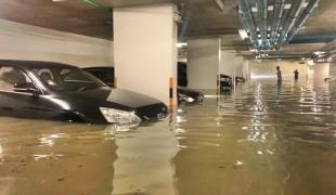 จมกว่าครึ่งคัน! น้ำท่วมลานจอดรถคอนโดหรู – หมอชิต มีน้ำขัง