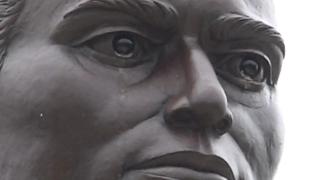 คนฮือฮาแห่มาดู พระพิชัยดาบหัก ร้องไห้ น้ำตาไหลอาบสองแก้ม