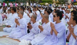 พุทธศาสนิกชนไทย-ลาว ร่วมพิธีปฏิบัติบูชาพระธาตุพนม