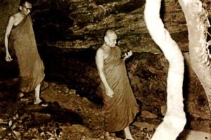พระสังฆราชพระญานสังวรและลพชาสุภัทโท(ขวา)ในถํ้า