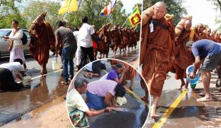 ศรัทธาชาวพุทธ! ชาวศรีลังกาเอาน้ำราดถนน ช่วยคลายร้อนให้พระเดินธุดงค์