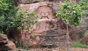 น้อมกราบสาธุ! ประติมากรรมพระพุทธรูปยักษ์ บนหน้าผาหินทราย วัดเขาซับพงโพด อ.เสิงสาง
