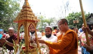 4 ศาสนาร่วมสรงน้ำพระพุทธรูปในวันสงกรานต์ ที่วัดไทยกุสินาราฯ อินเดีย