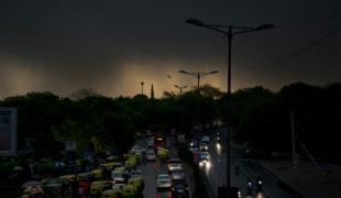 ยอดเสียชีวิตเกิน 200 ศพแล้ว!! พายุฝุ่น-พายุฝนถล่มอินเดียอีกระลอก ฟ้าผ่าตายอื้อ