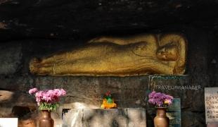 """""""วัดพุทธนิมิต"""" ชมอุโบสถไม้งามวิจิตร นมัสการพระไสยาสน์ตะแคงซ้ายสลักบนแผ่นผา"""