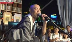 พระญี่ปุ่นดีดกีต้าร์ ร้องเพลงพระสูตร ดังเป็นพลุแตก ขวัญใจชาวจีน
