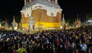 คนไทยและลาวร่วมแสน เดินทางมาเวียนเทียนรอบพระธาตุพนมในวันมาฆบูชา
