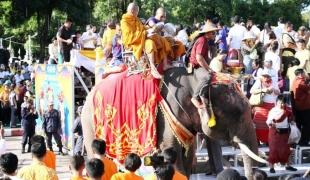 ยิ่งใหญ่หนึ่งเดียวในโลก ตักบาตรพระสงฆ์ 40 รูป นั่งบนหลังช้าง 40 เชือกนักท่องเที่ยวไทยเทศ