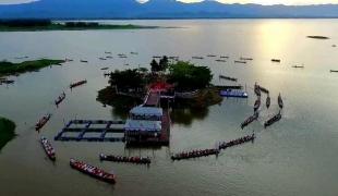 """ชาวพุทธร่วมพายเรือเวียนเทียน รอบวัดติโลกอาราม หนึ่งเดียวที่""""กว๊านพะเยา"""""""