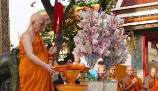 """สมเด็จพระสังฆราชเสด็จทอดผ้าป่าสมทบทุน""""โครงการทุนเล่าเรียนหลวงสำหรับพระสงฆ์ไทย"""""""