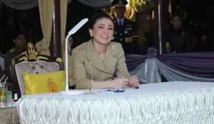 งามสมบรมราชินี พระราชจริยวัตรร้อยใจไทย พระคู่ขวัญองค์ราชา มิ่งขวัญปวงประชา
