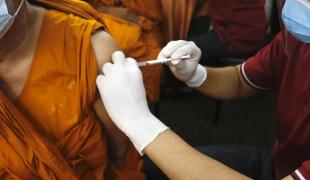 พระสงฆ์กว่า 10,000 รูปทั่วประเทศ ได้รับการถวายวัคซีนโควิด-19 แล้ว