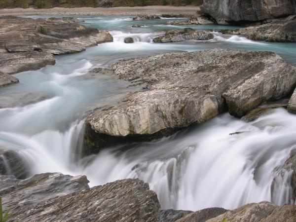 สายน้ำกับแผ่นหิน