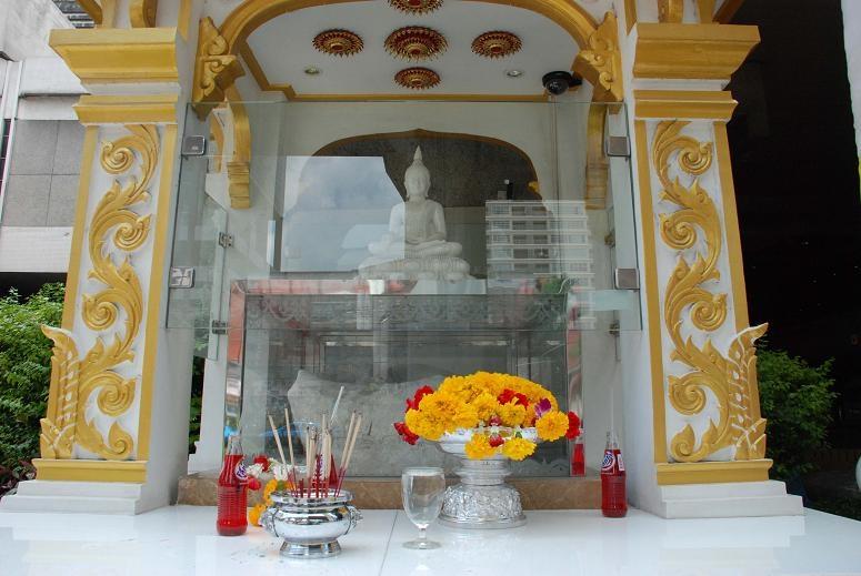 รอยพระพุทธบาทกรุงเทพฯ - หน้าโรงแรมเอเชีย