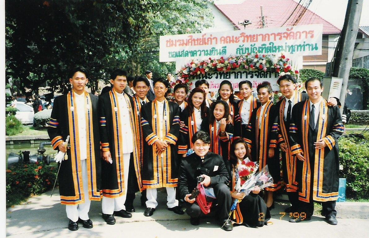 มหาวิทยาลัยราชภัฎสวนสุนันทา ปีการศึกษา 2538-2541 รุ่นที่ 13 ห้อง 9 คณะการจัดการทั่วไป สาขาบริหารทรัพทยากรมนุษย์