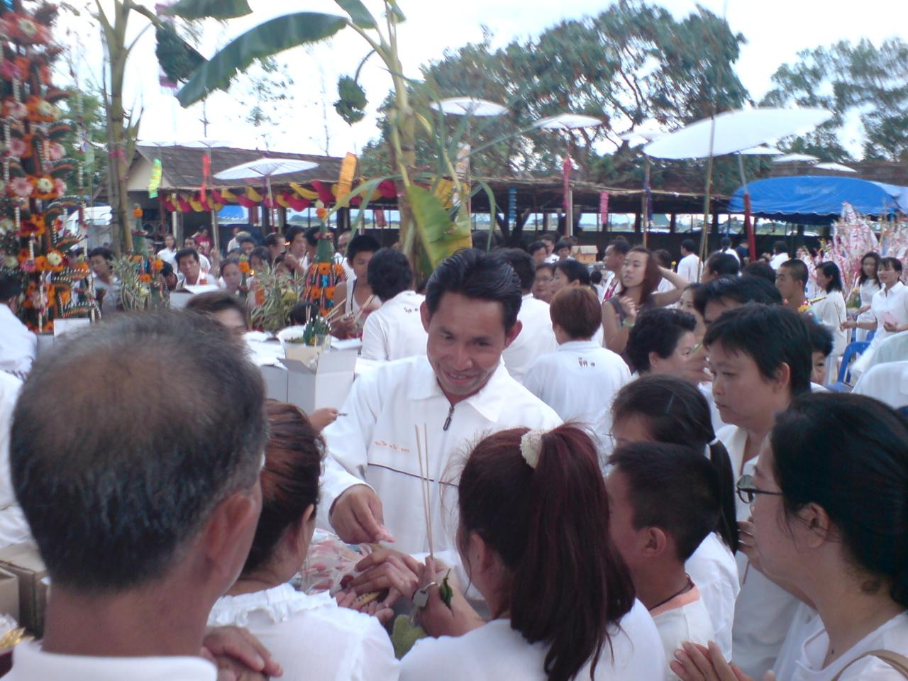 อาจารย์ทิพากรผู้นำการถวายพระหลวงพ่อทันใจ สร้างมาเเล้ว50องค์ในประเทศไทย