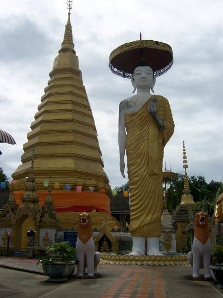 พระพุทธรูปปางประทานพรคู่พระธาตุจอมแจ้ง