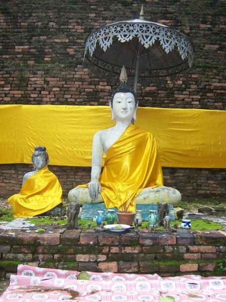 พระพุทธรูปหน้าซากเจดีย์โบราณ