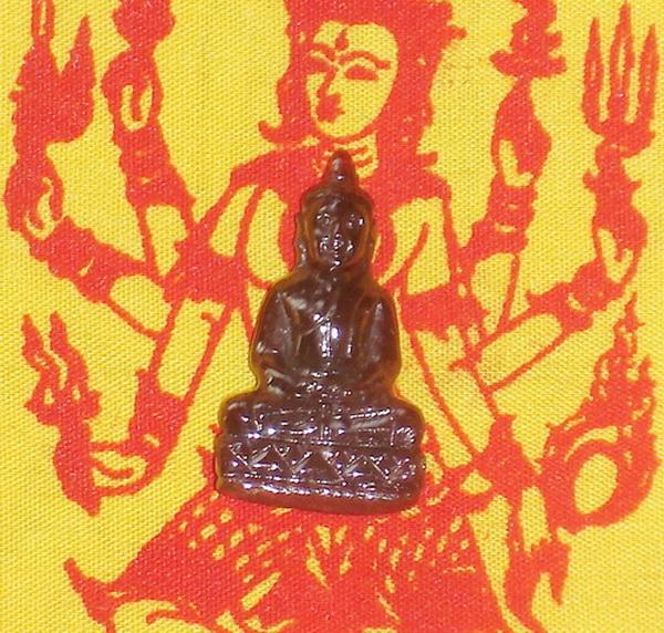 26.พระพุทธรูป พลอยโกเมน(Garnet)