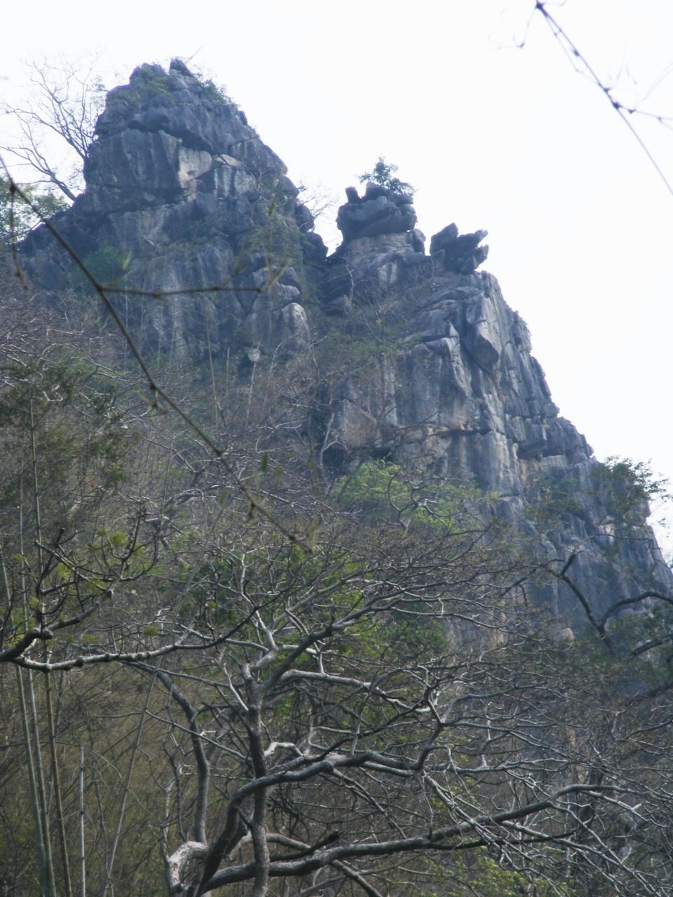 DSCF3385บนยอดเขาอีกลูกในแนวเทือกเดียวกันรูปร่างแปลกตาดี