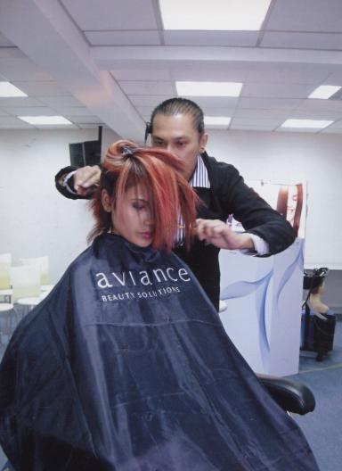 หมอแซฒ สาธิต เทคนิคการทำสีผมและทรงผม (อาวียอง)
