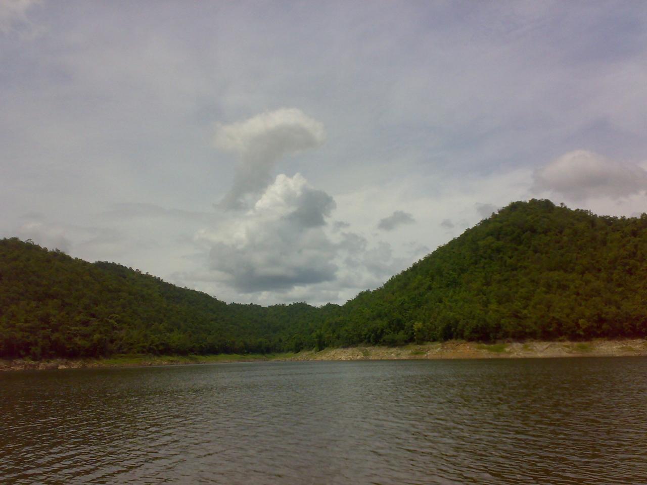 มองออกไปจะเห็นแต่น้ำและภูเขา