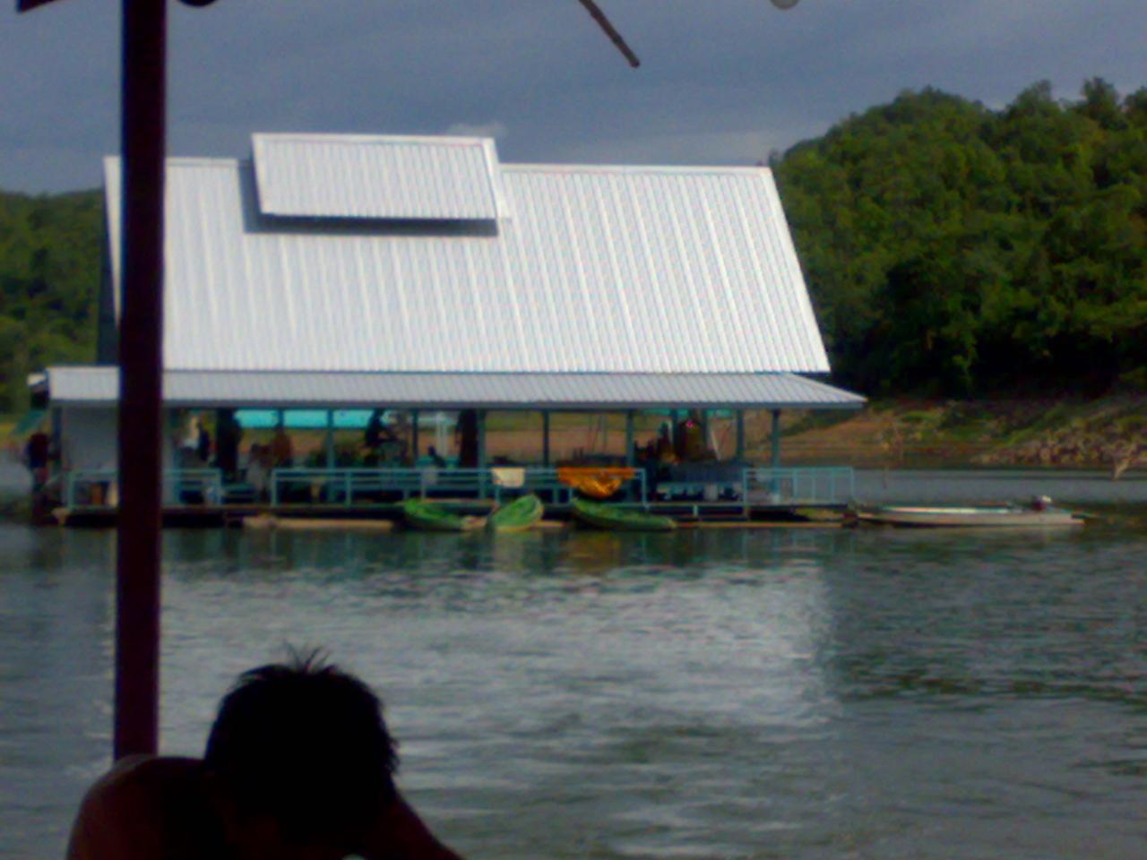 สถานปฏิบัติธรรม ณ.แพกลางน้ำ จ.กาญจนบุรี