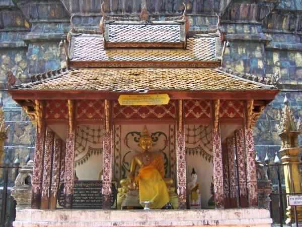 พระพุทธรูปในวิหารน้อยหน้าพระธาตุ