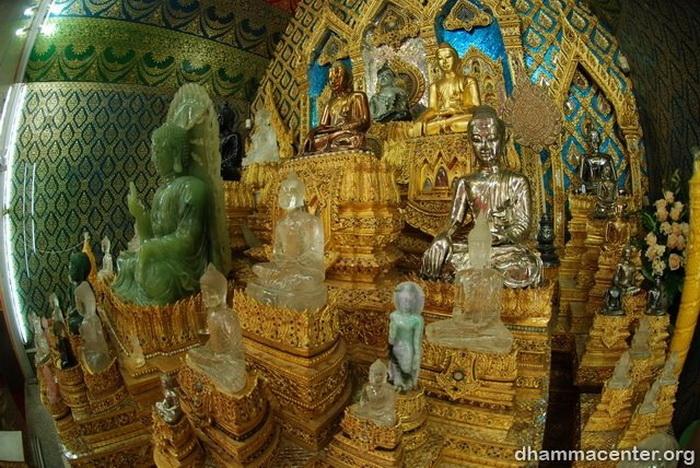 พระพุทธรูปในอุโบสถ