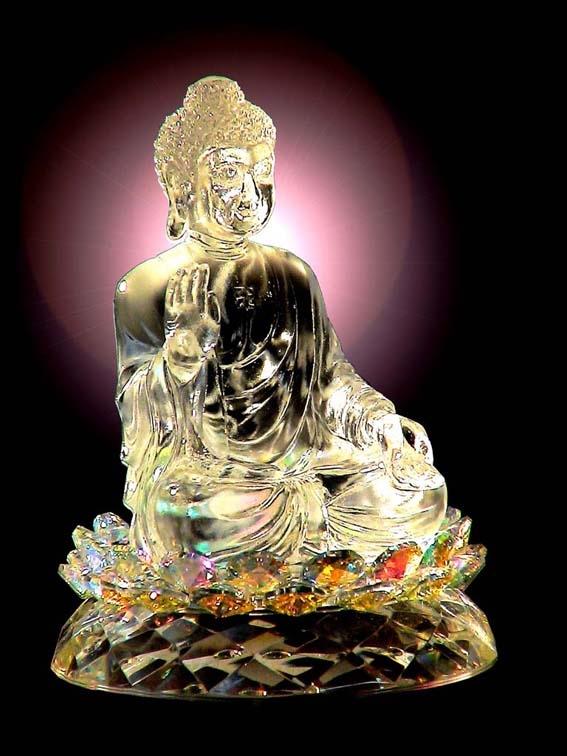 พระพุทธรูปสร้างจากแก้วคริสตัลหน้าตักประมาณ 4 นิ้ว ปางญี่ปุ่นหรือจีน มีสวัสดิกะปรากฏที่พระอุระ