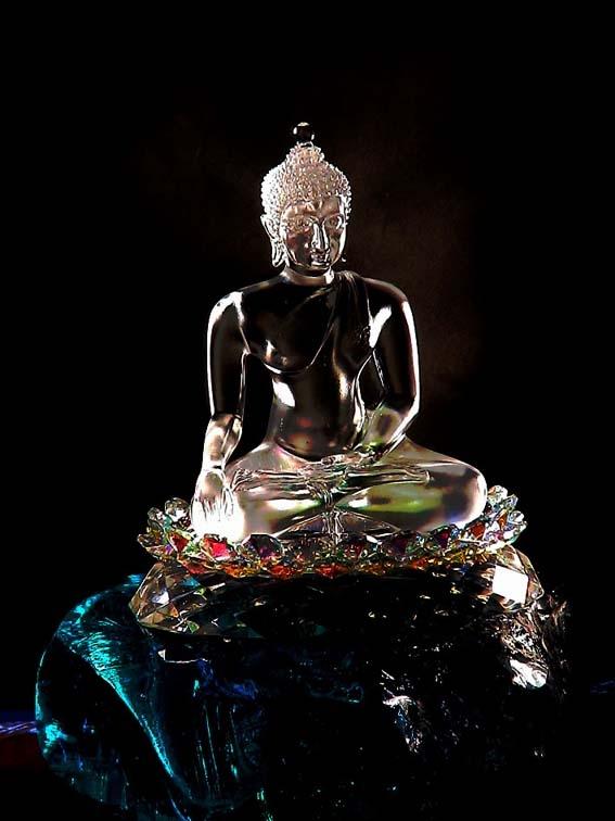 พระพุทธรูปสร้างจากแก้วคริสตัลหน้าตักประมาณ 4 นิ้วประทับนั่งบนก้อนแก้วสีฟ้า