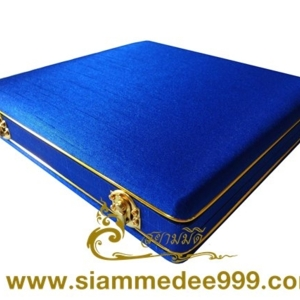 *** กล่องใส่พระ กล่องสะสมพระ กล่องเครื่องราง  ผ้าไหมสีน้ำเงิน ขนาดพกพา(พระไม่กลิ้ง) เก็บพระเครื่อง และ เครื่องราง ได้หลายแบบ ขนาดกล่อง 19.5 x 20 x