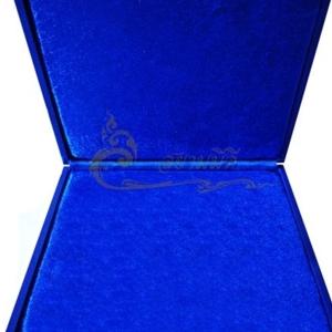 กล่องใส่พระ กล่องสะสมพระ กล่องเครื่องราง  ผ้าไหมสีน้ำเงิน ขนาดพกพา(พระไม่กลิ้ง) เก็บพระเครื่อง และ เครื่องราง ได้หลายแบบ ขนาดกล่อง 19.5 x 20 x 4 cm