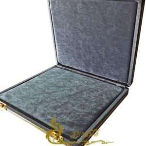 กล่องพระ ผ้าไหมสีเทา กล่องใส่เครื่องราง  ขนาดพกพา(พระไม่กลิ้ง) เก็บพระเครื่อง และ เครื่องราง ได้หลายแบบ ขนาดกล่อง 19.5 x 20 x 4 cm. (กว้าง x ยาว x