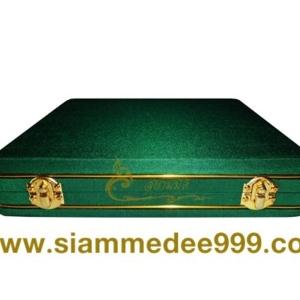 กล่องใส่พระ ผ้าไหม สีเขียว กล่องเครื่องราง  ขนาดพกพา(พระไม่กลิ้ง) เก็บพระเครื่อง และ เครื่องราง ได้หลายแบบ ขนาดกล่อง 19.5 x 20 x 4 cm. (กว้าง x ยาว