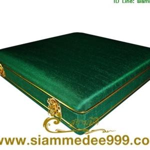 #กล่องใส่พระ ผ้าไหม สีเขียว กล่องเครื่องราง  ขนาดพกพา(พระไม่กลิ้ง) เก็บพระเครื่อง และ เครื่องราง ได้หลายแบบ ขนาดกล่อง 19.5 x 20 x 4 cm. (กว้าง x ยา