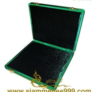 กล่องใส่พระ ผ้าไหม (สีเขียว) กล่องเครื่องราง  ขนาดพกพา(พระไม่กลิ้ง) เก็บพระเครื่อง และ เครื่องราง ได้หลายแบบ ขนาดกล่อง 19.5 x 20 x 4 cm. (กว้าง x ย