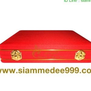 กล่อง ใส่พระ ผ้าไหม (สีแดง) กล่องเครื่องราง  ขนาดพกพา(พระไม่กลิ้ง) เก็บพระเครื่อง และ เครื่องราง ได้หลายแบบ ขนาดกล่อง 19.5 x 20 x 4 cm. (กว้าง x ยา