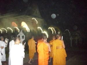 เดินสวดมนต์เวียนรอบที่ประดิษฐานพระบรมสารีริกธาตุ วัดไทกุสินารา