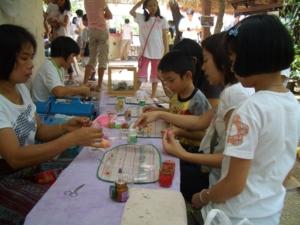 ครูกำลังสอนทำ กระเช้าผลไม้ ด้วยดินน้ำมันญี่ปุ่น