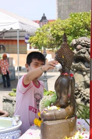 เด็กน้อยผู้ศรัทธา ขณะสรงน้ำพระพุทธรูป