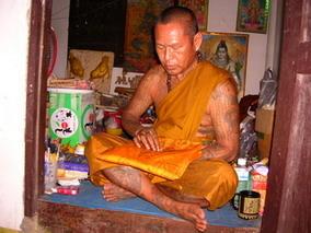 พระอาจารย์สมชาย วัดด่านเกวียน จ.นครราชสีมา พรอาจารย์ที่อยู่อย่างสมถะ ผู้ซึ่งเคยได้สร้างพระขุนแผนร่วมกับครูบาองค์หนึ่งทางภาคเหนือมาแล้ว