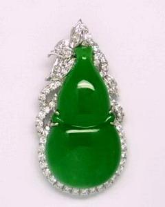 หยกพม่าสีเขียวสดแต่ใส แวววาว
