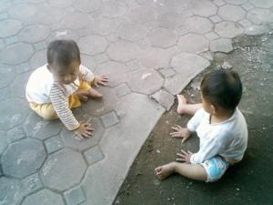 สองพี่น้องเล่นดิน