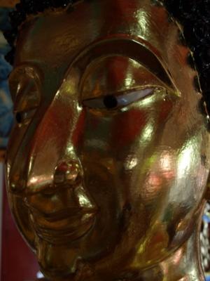 พระพุทธรูปชำรุดหลังจากซ่อมพระเนตรและปิดทองคำเปลว   วัดท่าคราวน้อย อ.เมือง จ. ลำปาง
