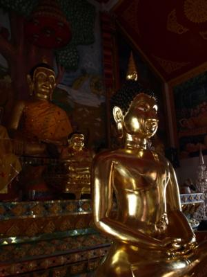 พระพุทธรูปหลังจากซ่อมพระเนตรแล้วและปิดทองคำเปลวทั้งองค์  วัดท่าคราวน้อย อ. เมือง จ. ลำปาง