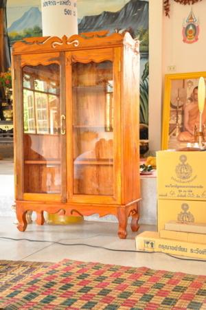 วัดศรีฐานสร้างตู้พระไตรปิฎกด้วยฝีมือชาวบ้านในราคา ๔,๐๐๐ บาทไว้รอรับพระไตรปิฎก  เจ้าของบ้านบอกว่า ตู้อาจจะไม่สวยเหมือนซื้อแต่แข็งแรงทนทานด้วยฝีมือของชา